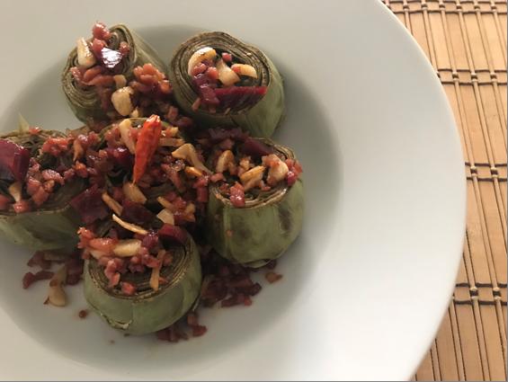 Alcachofas con tacos de jamón y ajo