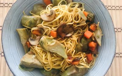 Noodles de huevo con verduras y salsa de soja